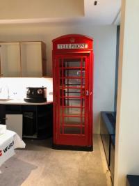 Installation d'une cabine téléphonique londonienne