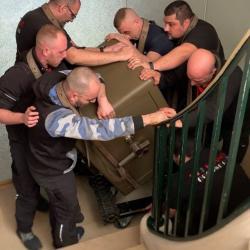 Portage d'un coffre fort de 665kg